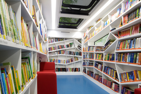 Bookshelves made of solid surface material HI-MACS® - Photo: Anette Diehl