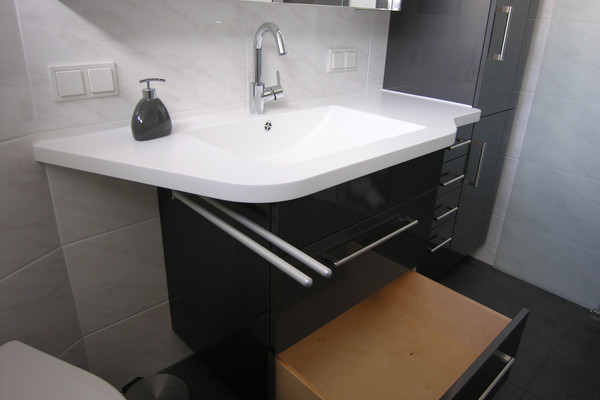 Washstand with seamlessly built-in basin made of solid surface material - Photo: Schreinerei Hintzen
