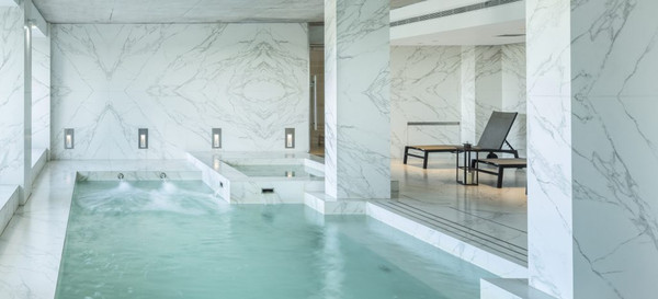 Wall cladding of a swimming pool made of porcelain ceramic - Photo: NEOLITH®