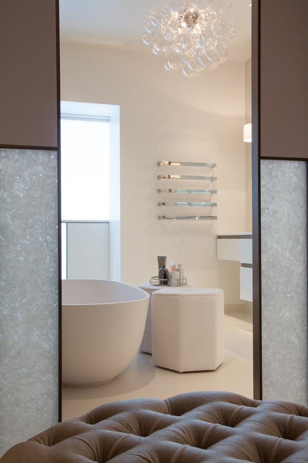 Partition wall made of glass ceramic - Photo: Thurleigh Avenue, London, Bedroom and ensuite bathroom designed by Laura Sole